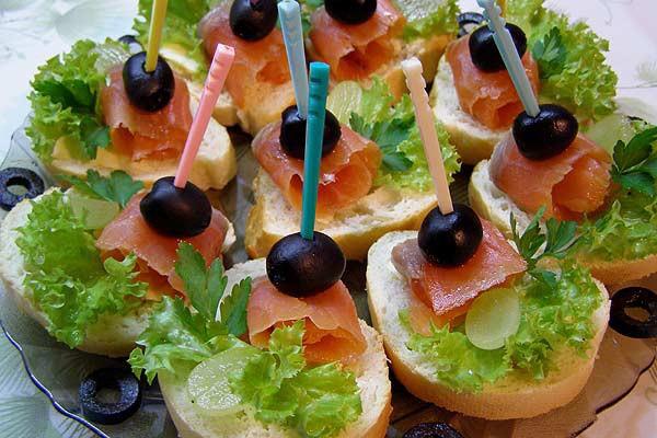 Бутерброды с оливками и икрой