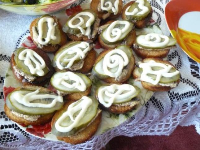 Хрустящие бутерброды со шпротами