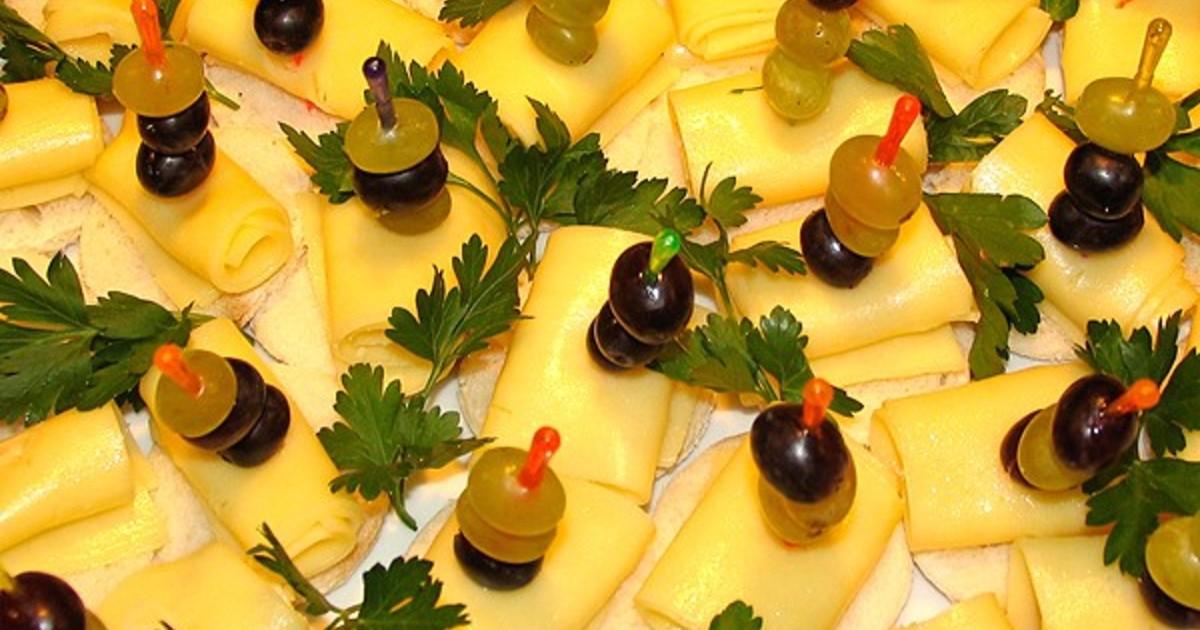 канапе с виноградом