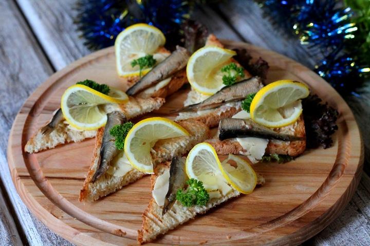 Бутерброды с лимоном и шпротами