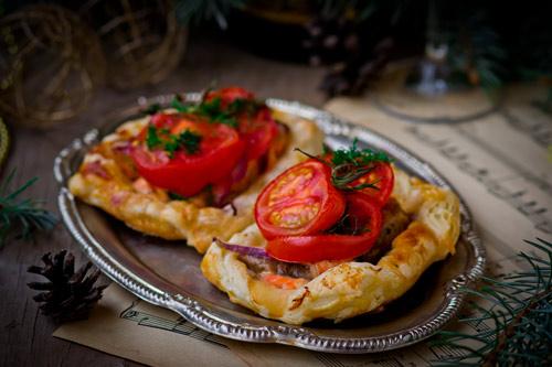 тарталетки с колбасой