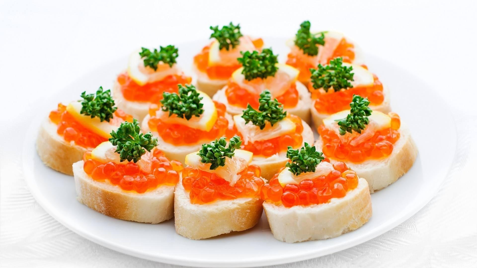 Бутерброды с красной икрой на крекерах